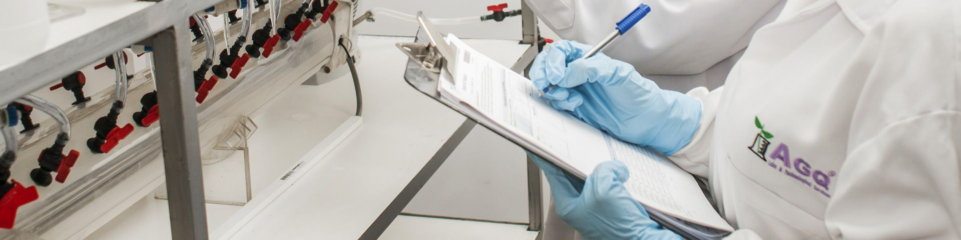 Trabajadores de un laboratorio de AGQ Labs